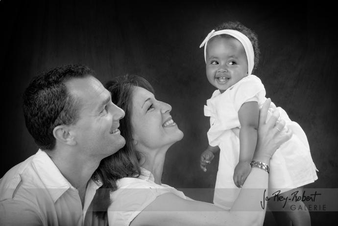 portrait d'Anna toute heureuse avec ses parents